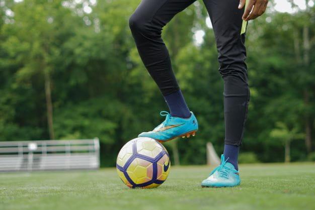 Spieler mit Ball ist bereit für das Spiel und den Wettbewerb.