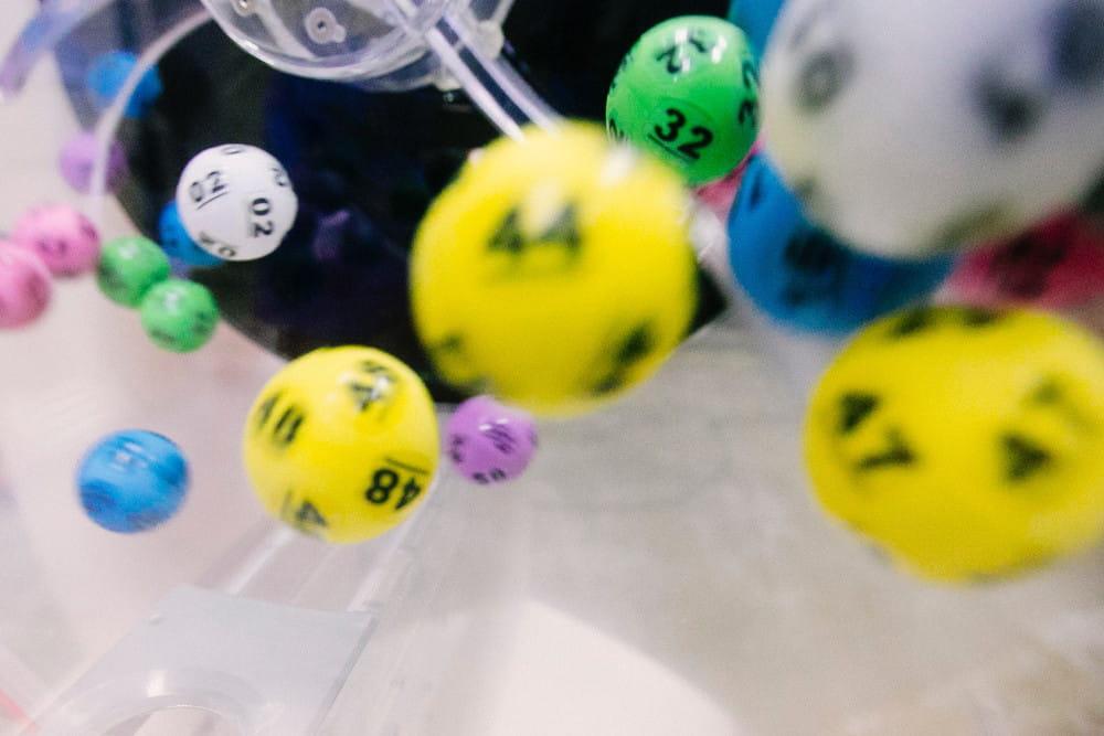 Lotto-Kugeln bei einer Ziehung.
