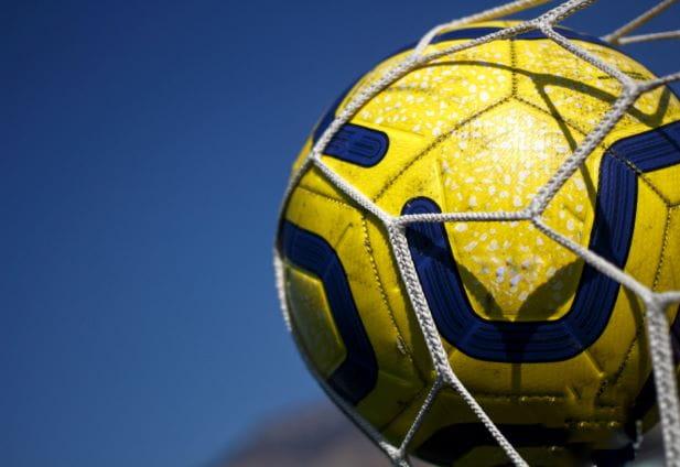 Gelber Ball landet im Netz, womit ein Tor erzielt wurde.