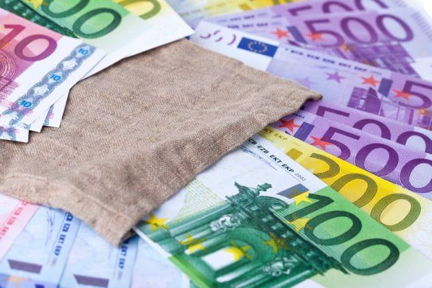 Geld symbolisiert den Gewinn des Eurojackpots.