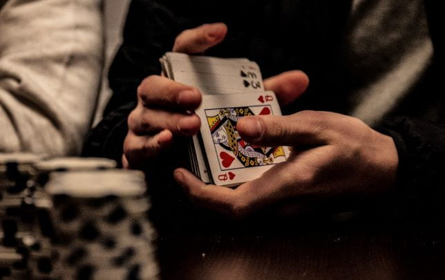 Poker Karten werden für das Spiel gemischt.
