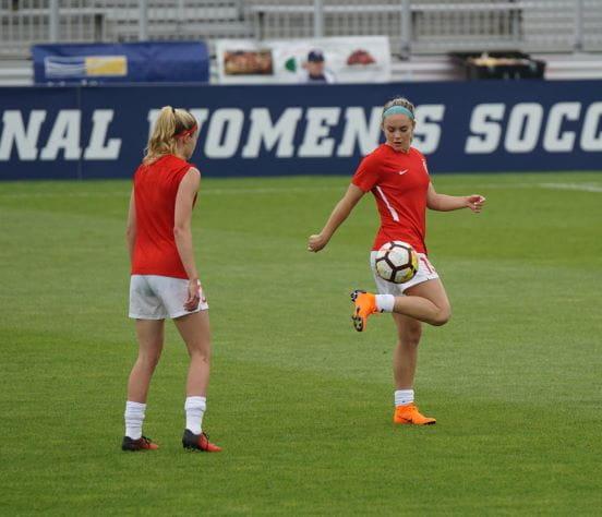 2 Frauen spielen Fußball und repräsentieren symbolisch den Start der Frauen-CL.